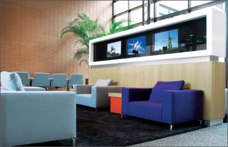 """32.0"""" Glas TV für den Bereich Digital Signage, installiert in einem Eingangsbereich @ RTL Headquarters in den Niederlanden."""