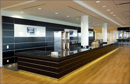 """55.0"""" Glas TV für den Bereich Digital Signage, installiert in einer Lounge @ Bayarena Soccer Stadium in Deutschland."""