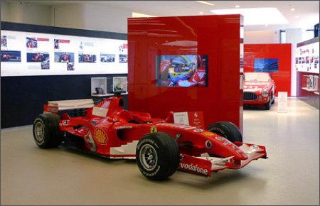 """46.0"""" Glas TV für den Bereich Digital Signage, installiert in einem Ausstellungsraum  @ Ferrari in Israel."""